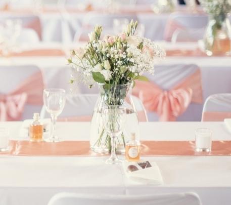 Table décorée avec matériel de location